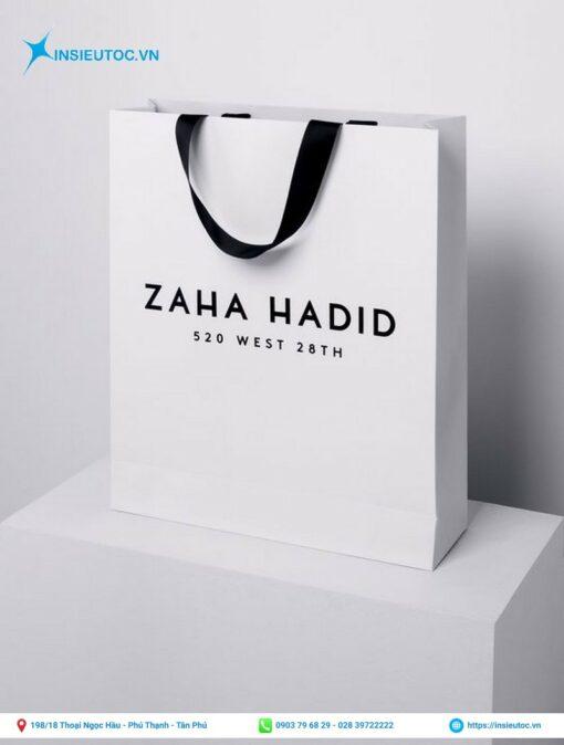 in túi giấy cho shop quần áo thời trang có nền trắng