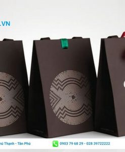 Thiết kế túi giấy với nền màu tối