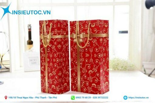 In túi giấy đựng quà màu đỏ nổi bật